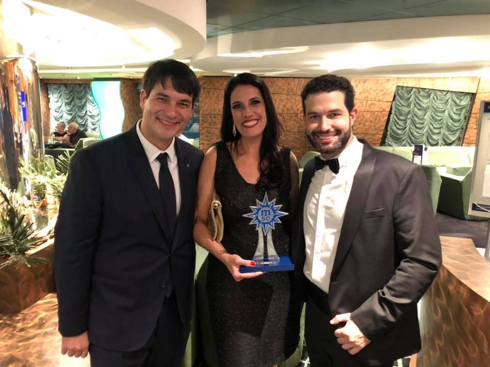 executivos da MSC Cruzeiros entregam prêmio para Cristiana Chao, diretora da Mar-Tha Rio