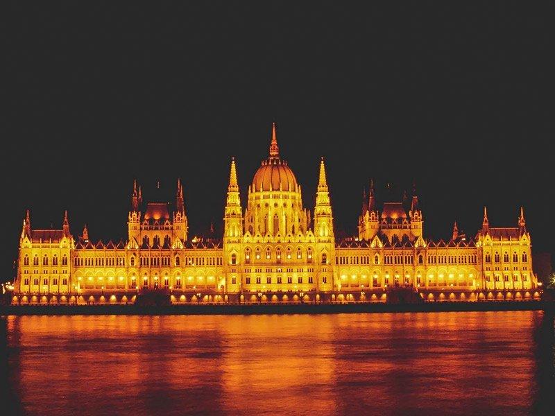 vista noturna do prédio do parlamento húngaro, na cidade de Budapeste