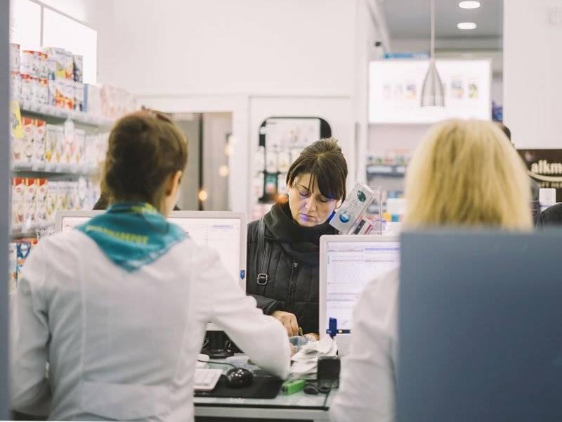 mulher comprando remédio em farmácia nos EUA